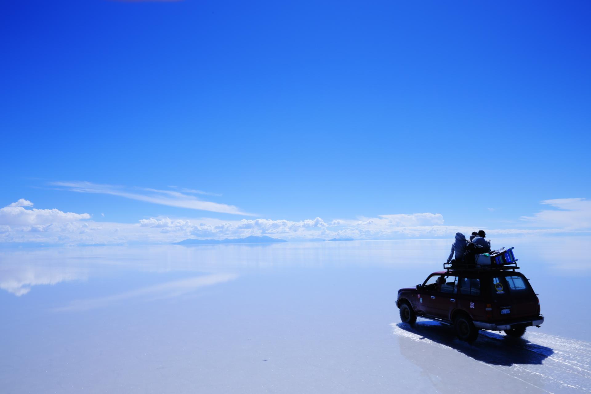 ウユニ塩湖を運転する壁紙