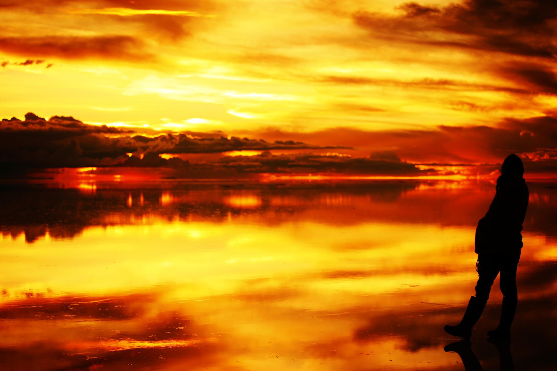 夕日が沈んだウユニ塩湖遺跡の壁紙
