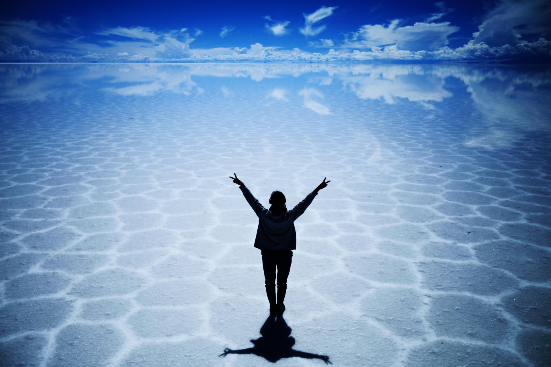 ウユニ塩湖遺跡に人影の壁紙