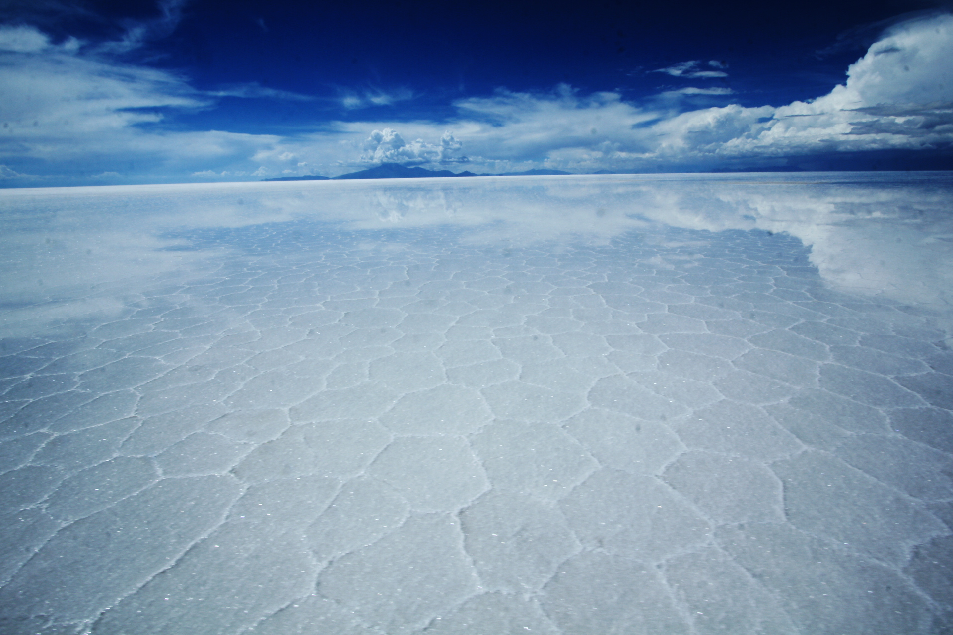 雲がウユニ塩湖遺跡に写りこんでいる壁紙