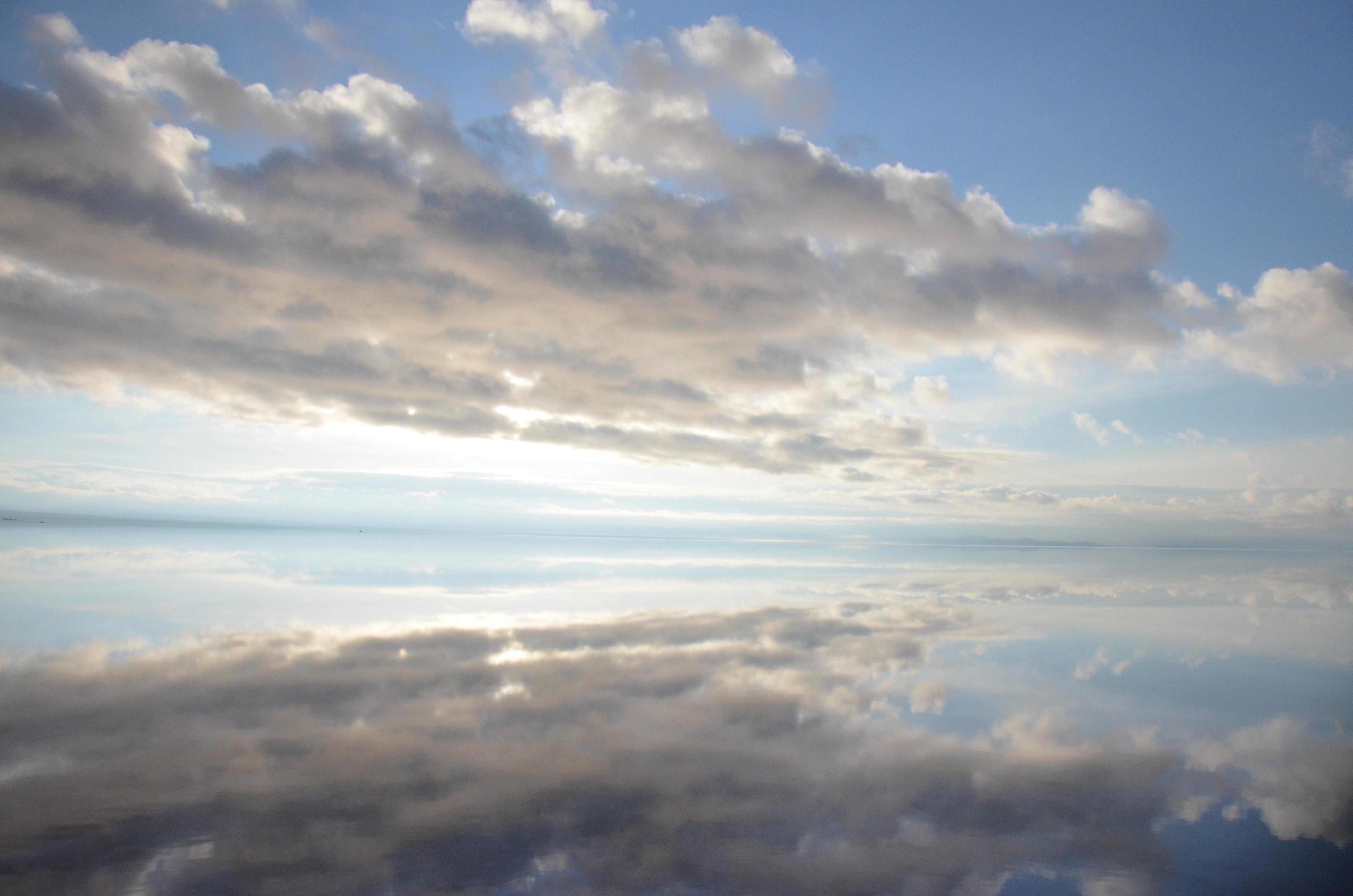 空を飛んでいるみたいなウユニ塩湖遺跡の壁紙