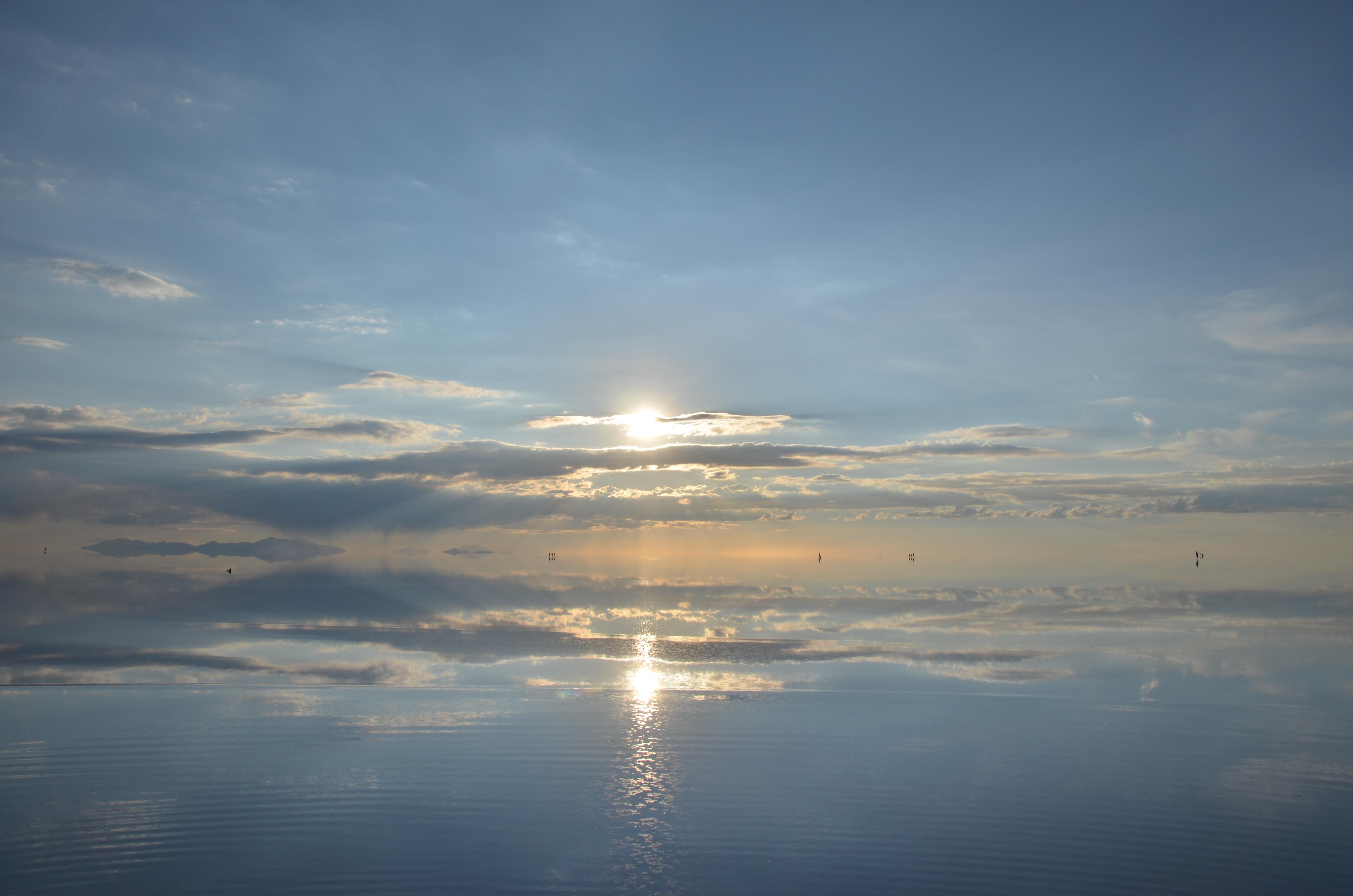 ウユニ塩湖遺跡に夕日が映える壁紙