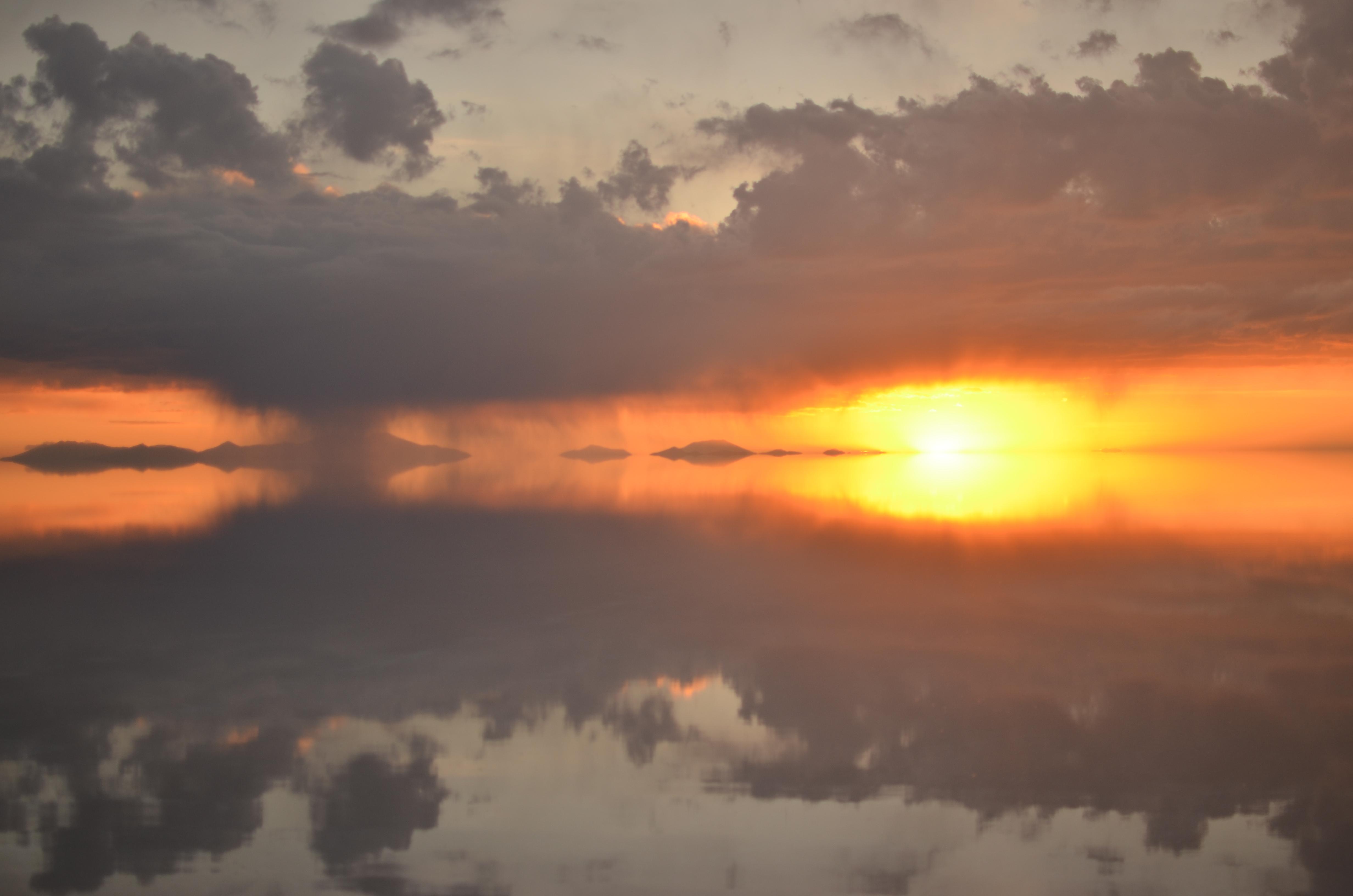 夕日の光とウユニ塩湖遺跡の壁紙
