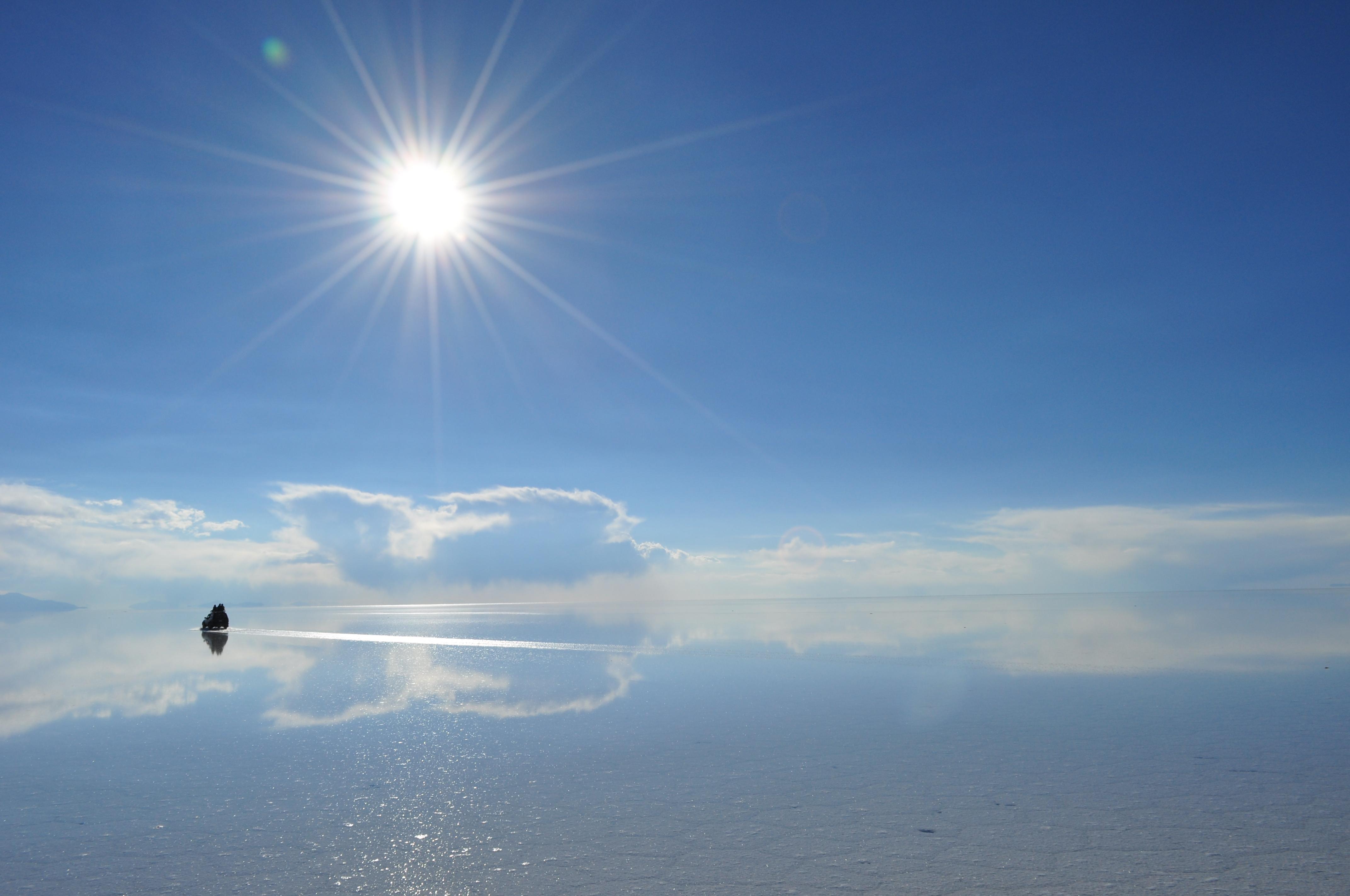 太陽とウユニ塩湖遺跡の壁紙