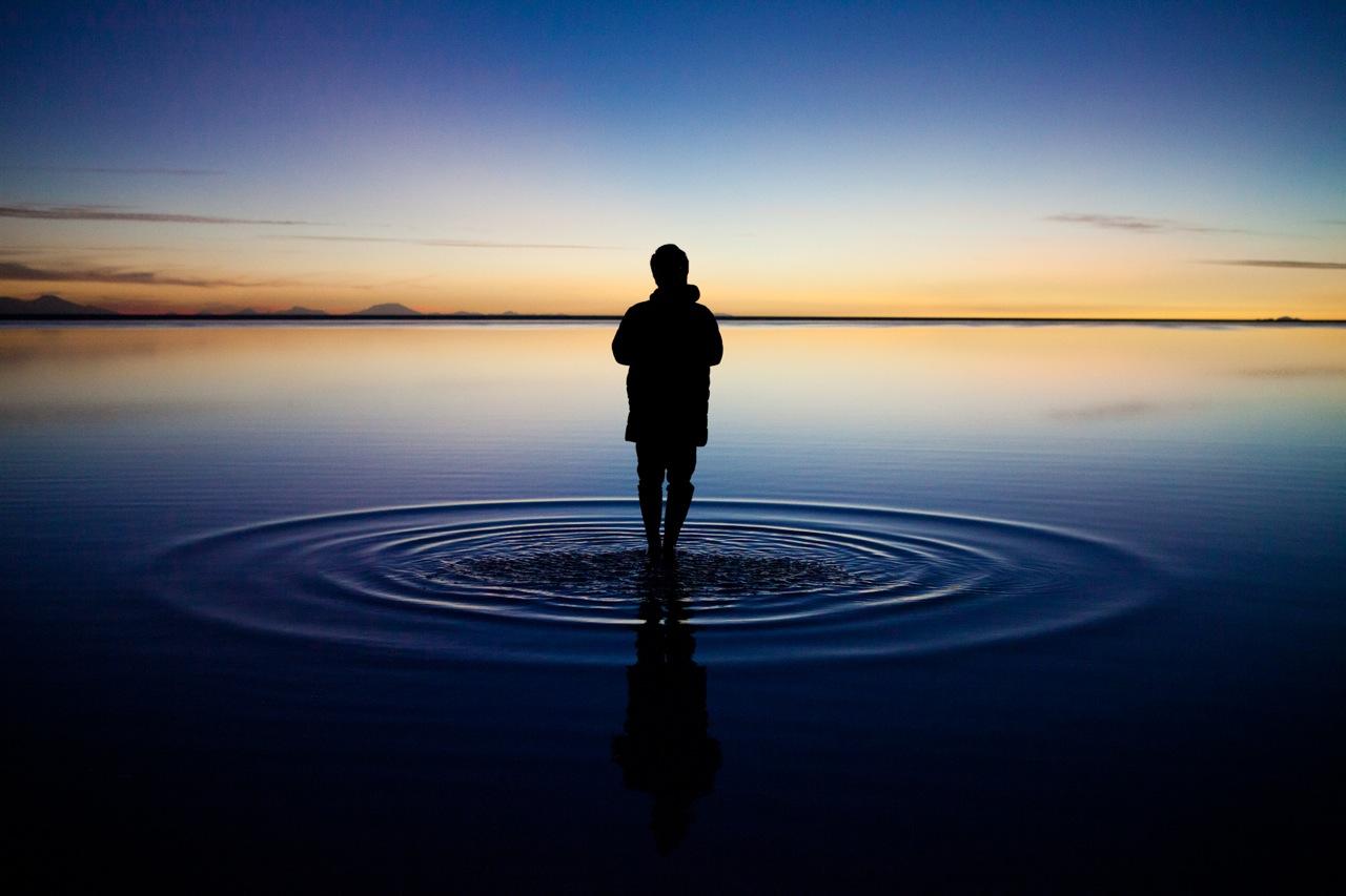 水面に浮いているみたいなウユニ塩湖遺跡の壁紙