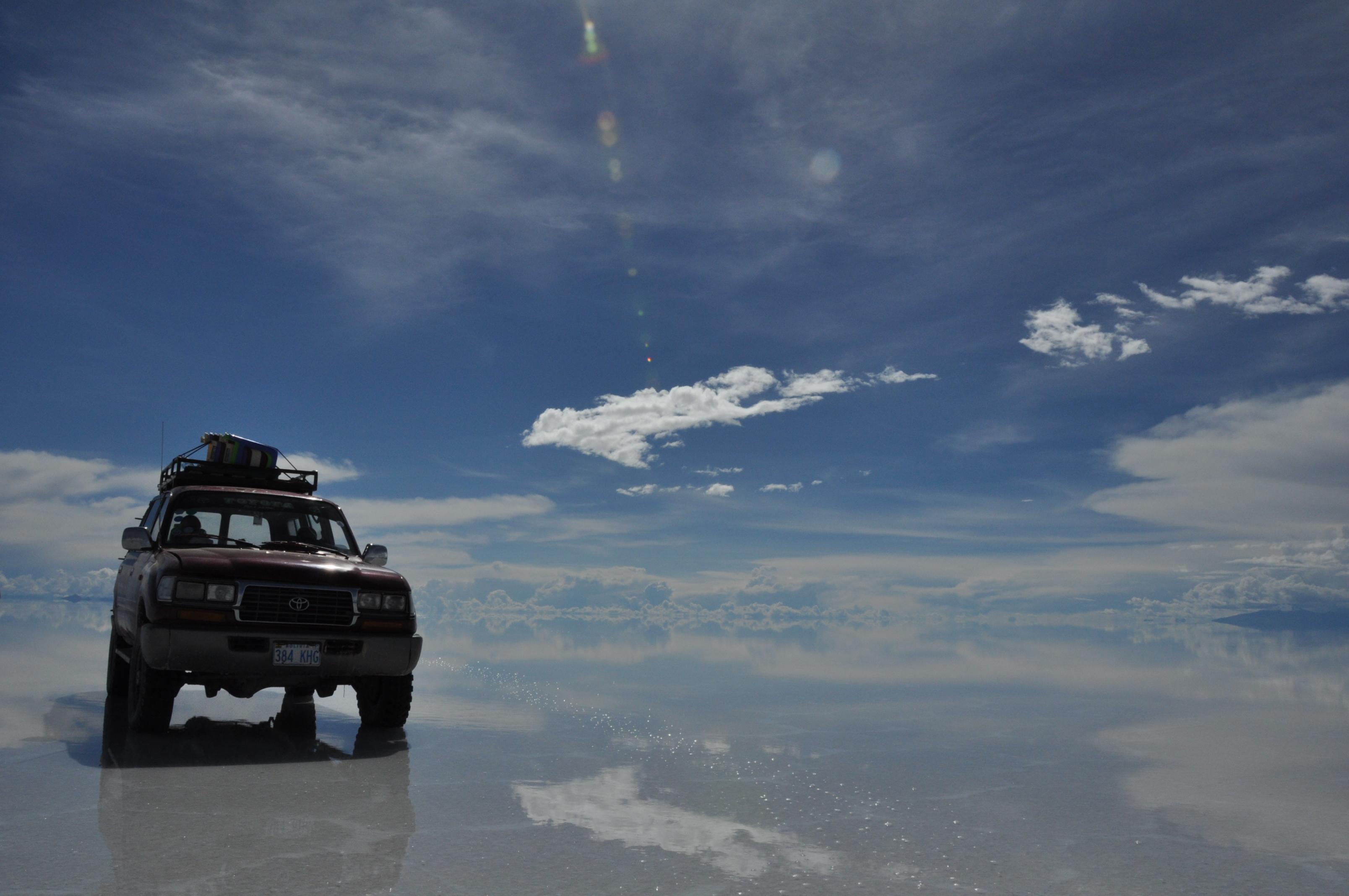 車とウユニ塩湖遺跡の壁紙