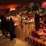 洞窟のクリスマスマーケットが幻想的で美しい
