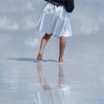 ウユニ塩湖の鏡ばりでスカートは覗けるのか?