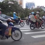 【神業】バイクで溢れたベトナムの道路を「華麗に」渡る方法