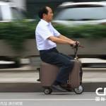 バックパッカー絶滅の危機!? 時速20kmで走るスーツケースが登場