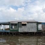 カンボジアの「湖に浮かぶ村」に行ってみた with超マイペースな船頭さん