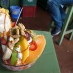 たった100円!? ボリビアの鬼盛りフルーツパフェのコスパがすごい