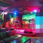 ガイド強制のブータン、カラオケでは○○に見守られながら歌う