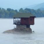 セルビアの珍スポット「川の中に建つ家」を見に行ってきた
