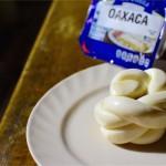 元祖さけるチーズのオアハカチーズは裂けるだけじゃない…。丸いし長いしよく伸びる。