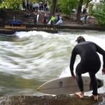 ドイツ・ミュンヘンの都会の公園に突如現れるサーフィンの聖地「Eisbachwelle」