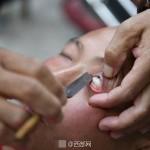 【閲覧注意】カミソリで眼球を剃る「目玉磨き」が中国で話題