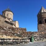 【グルジア】ロシア国境すれすれの雪山の上にある石の教会